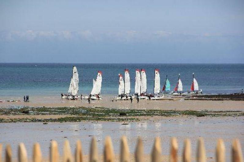 Location de vacances - Gîte à Langrune-sur-Mer - Vue du jardin, club de voile côte de nacre , voir site pour cours et locations.