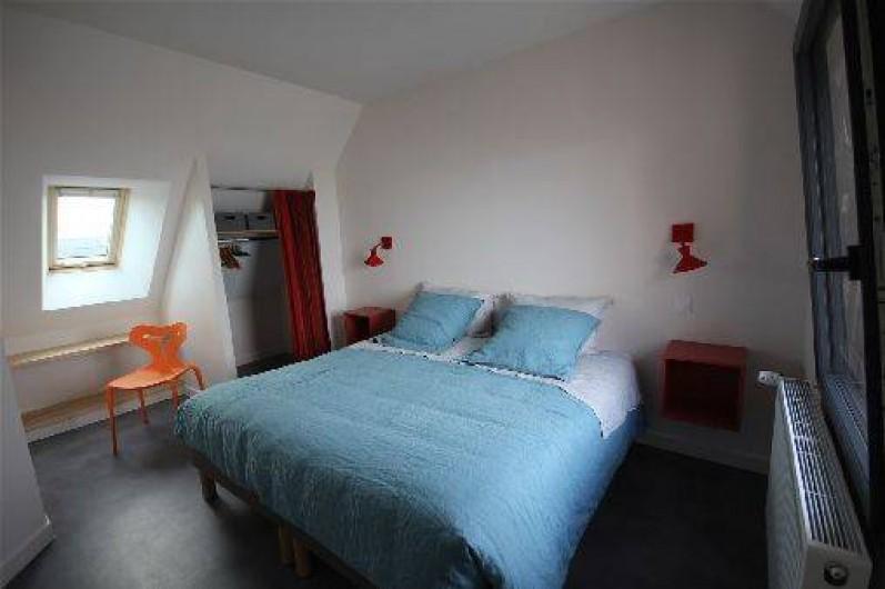 Location de vacances - Gîte à Langrune-sur-Mer - Etage:  chbre lit 180, fenêtre  vue mer. Autre ch. trois lits de 90 et bureau.