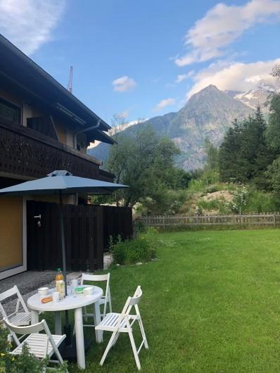 Location de vacances - Appartement à Chamonix-Mont-Blanc - Terrasse extérieure vous permettant de manger dans l'herbe