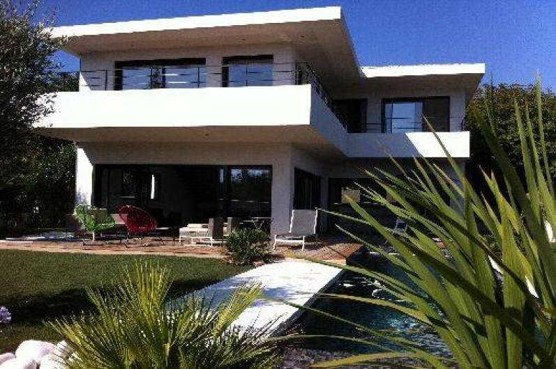 Belle villa contemporaine neuve avec piscine et vue mer for Camping la ciotat avec piscine