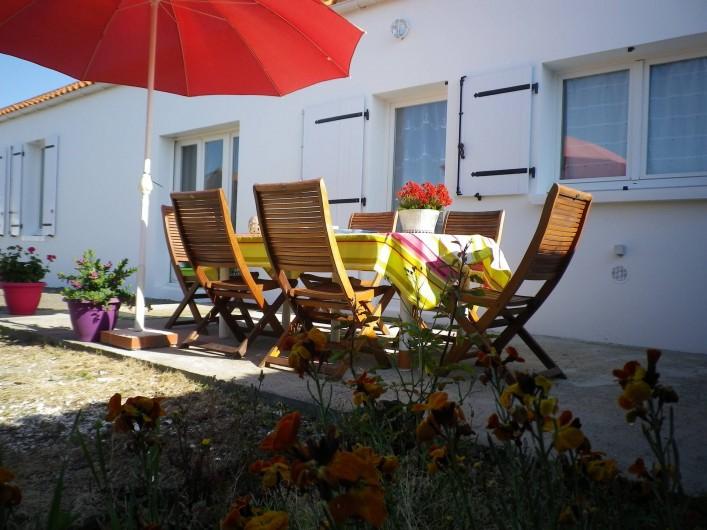 Location de vacances - Villa à Les Sables-d'Olonne - extérieur  salon de jardin