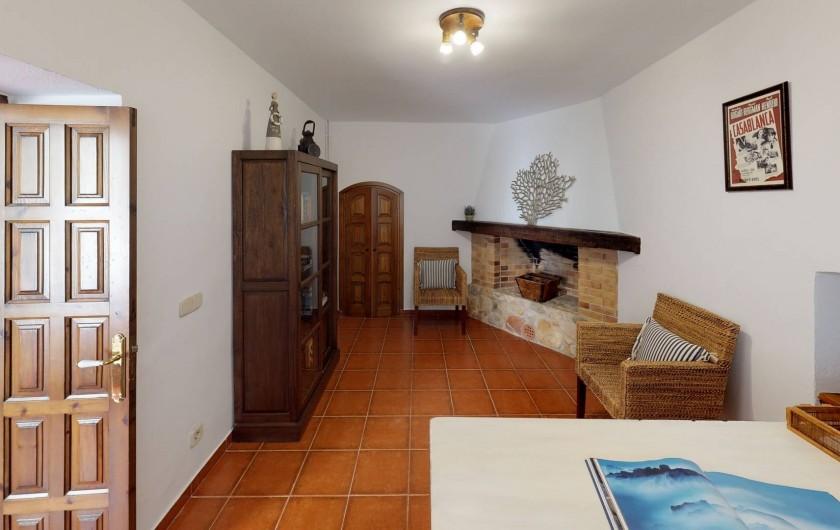 Location de vacances - Mas à Sant Antoni de Calonge - Cabinet de lecture avec coin bureau et cheminée en pierre naturelle
