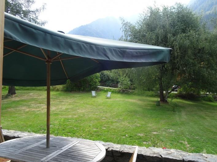 Location de vacances - Chalet à Les Houches - Jardin vu de la terrasse