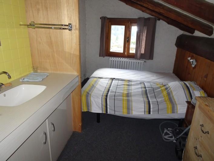 Location de vacances - Chalet à Les Houches - Chambre à deux lits simples avec coin lavabo et baignoire sabot
