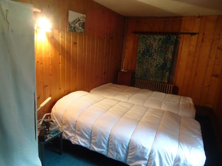 Location de vacances - Chalet à Les Houches - Chambre avec deux lits simples