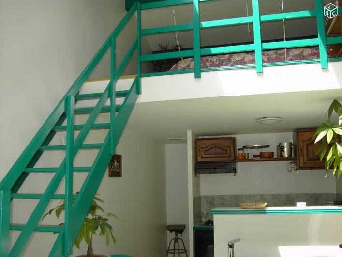 Location de vacances - Studio à Sainte-Maxime - Accés  a la Mezzanine  lit confortable 140