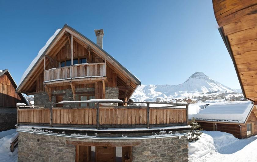Location de vacances - Appartement à Albiez-le-Vieux - vue extérieure terrasse + balcon