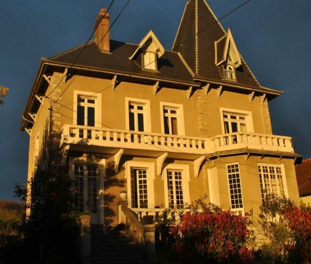 Location de vacances - Chambre d'hôtes à Salies-de-Béarn - la villa Hortebise façade en automne