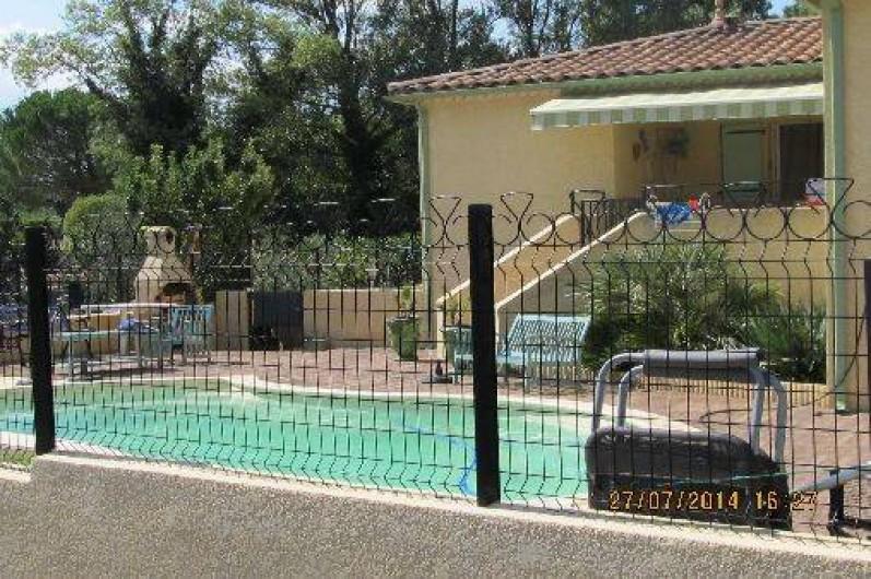 Location de vacances - Villa à Alès - Propriété côté piscine et terrasse