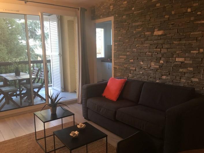 """Location de vacances - Appartement à Cassis - Le séjour ou se situe le convertible """"rapido"""""""