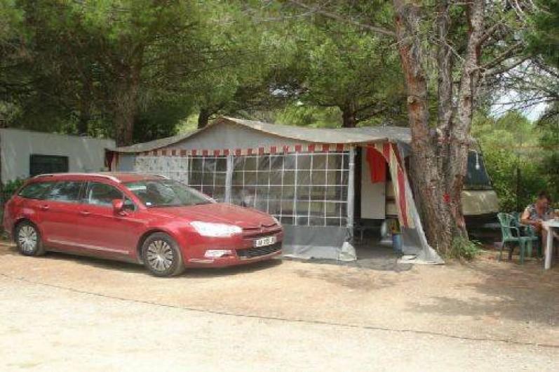 Location de vacances - Camping à Villemoustaussou - Emplacement caravane