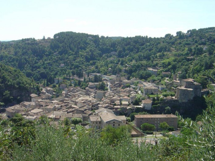 Location de vacances - Gîte à Chassiers - La cité médiévale de Largentière à 7 km du gite