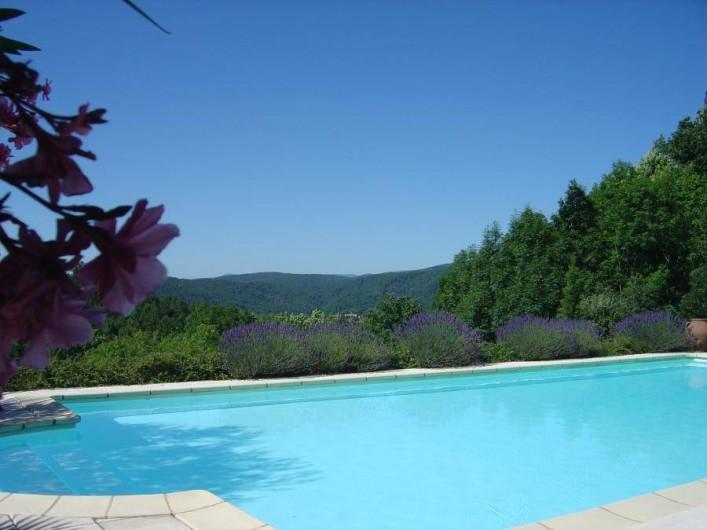 Location de vacances - Gîte à Chassiers - Vue panoramique de la piscine