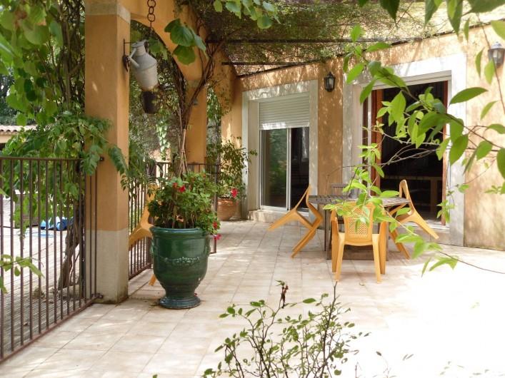 Location de vacances - Villa à Aubais - Terrasse orientée  plein sud face à la piscine