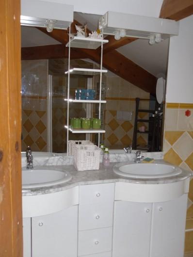 Location de vacances - Villa à Aubais - Salle d'eau en mezzanine offrant double vasque douche et wc