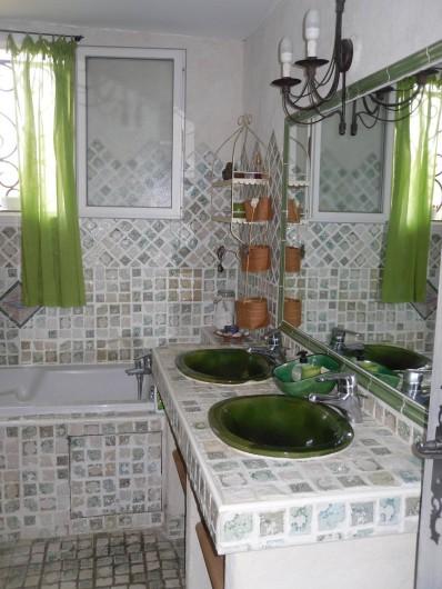 Location de vacances - Villa à Aubais - Salle de bain en rez de chaussée offrant double vasque baignoire, et douche