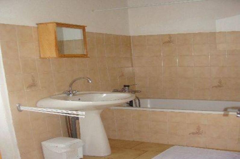 Location de vacances - Appartement à Saint-Alban-Auriolles - Salle de bains de la location du 1er étage