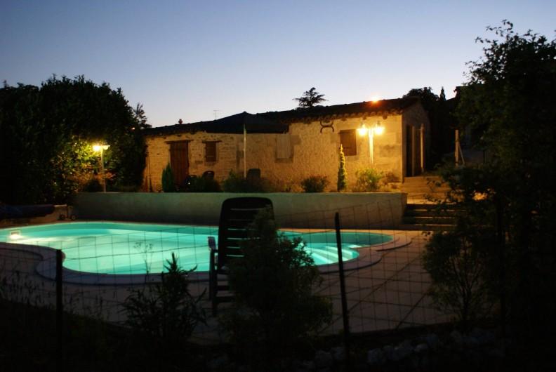 Location de vacances - Chambre d'hôtes à Soubran - Domaine la Fontaine piscine 'by night'