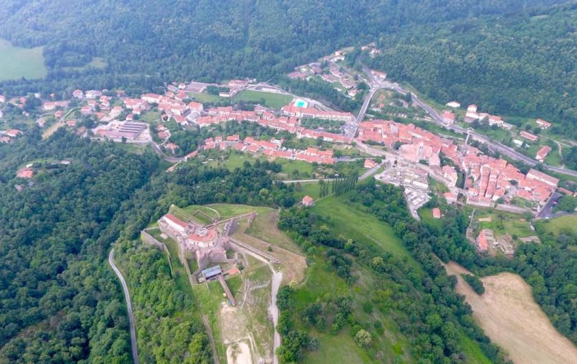 Location de vacances - Gîte à Prats-de-Mollo-la-Preste - Vue aérienne, le fort Lagarde avec Prats de Mollo.