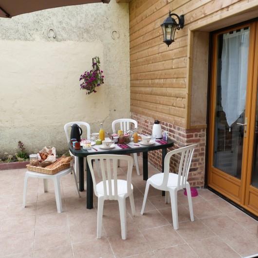 Location de vacances - Gîte à Tours-en-Vimeu - la terrasse coté jardin, salon de jardin, transat, barbecue  et jeux