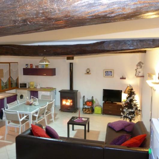 Location de vacances - Gîte à Tours-en-Vimeu - la pièce de vie au RDC , salon écran plat et feu de bois