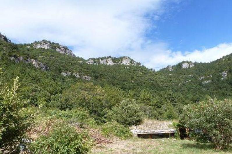 Location de vacances - Mas à Saint-Privat - La maison de la Colline avec la falaise de ca 200 m en arrière-plan