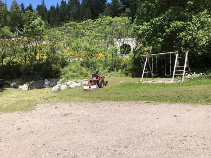 Location de vacances - Chalet à Gérardmer - Parking terrain de boules et  jeux pour les enfants