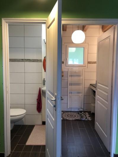 Location de vacances - Chalet à Gérardmer - WC  indépendant de la salle de bains avec petit lavabo