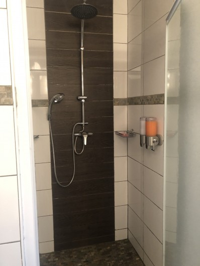 Location de vacances - Chalet à Gérardmer - Douche à l'italienne avec distributeur de gel douche  et shampoing