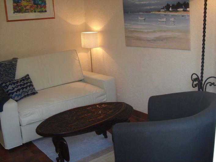 Location de vacances - Villa à Fréjus - piece  canapé convertible sale de bains  attenante