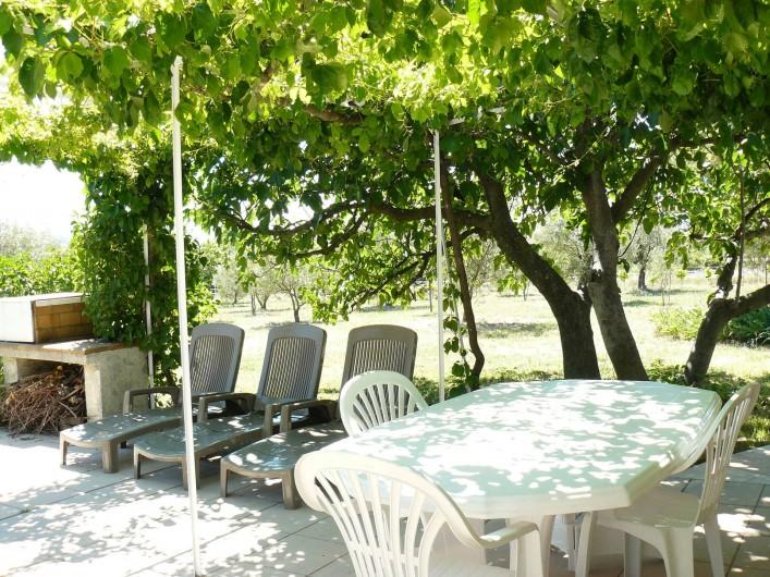 Location de vacances - Gîte à Saint-Jean-de-Serres - coin repos et barbecue
