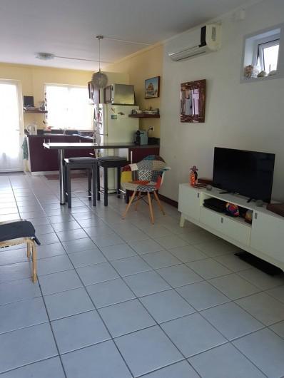 Location de vacances - Maison - Villa à Grand Baie - Vue dans le salon sur la cuisine + porte d'entrée