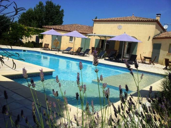 Location de vacances - Chambre d'hôtes à Vacquières - Piscine et terrasse vue du jardin