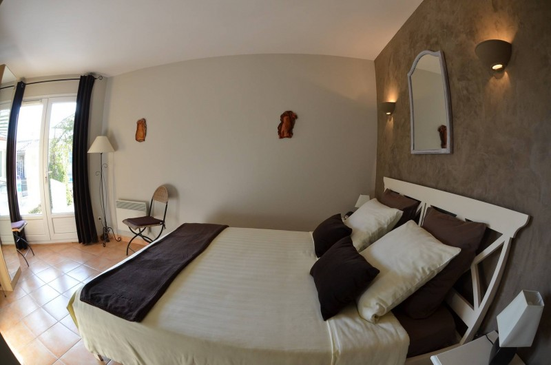 """Location de vacances - Chambre d'hôtes à Vacquières - Chambre couple """"Automne"""", vue sur la piscine"""