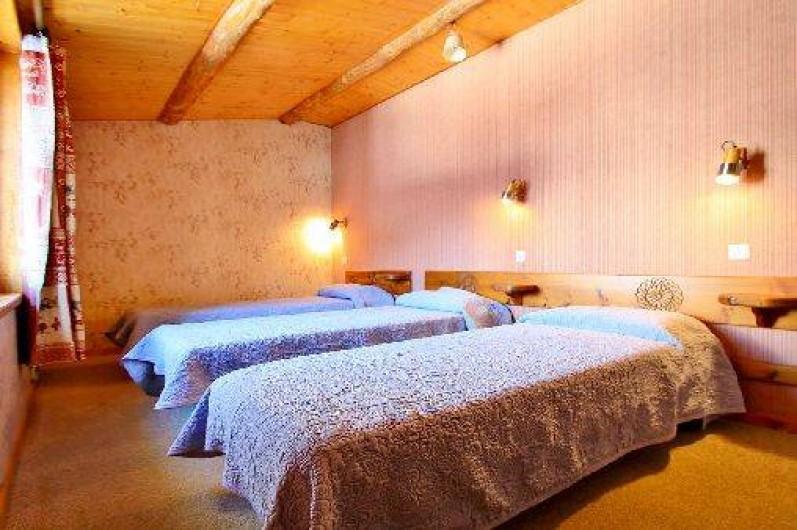 Location de vacances - Chalet à Saint-Véran - La deuxième chambre avec trois lits une place de 90