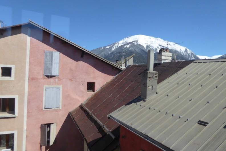 Location de vacances - Appartement à Embrun - Vue depuis la chambre et le séjour (au printemps !)
