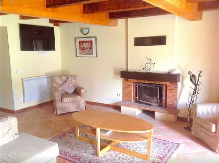 Location de vacances - Maison - Villa à Concoret - Grand salon avec cheminée et TV connectée