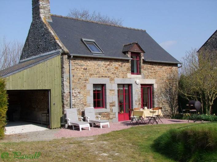Location de vacances - Gîte à Pleudihen-sur-Rance - Garage porte ouverte Salon de jardin 2 lits soleil transat Barbecue