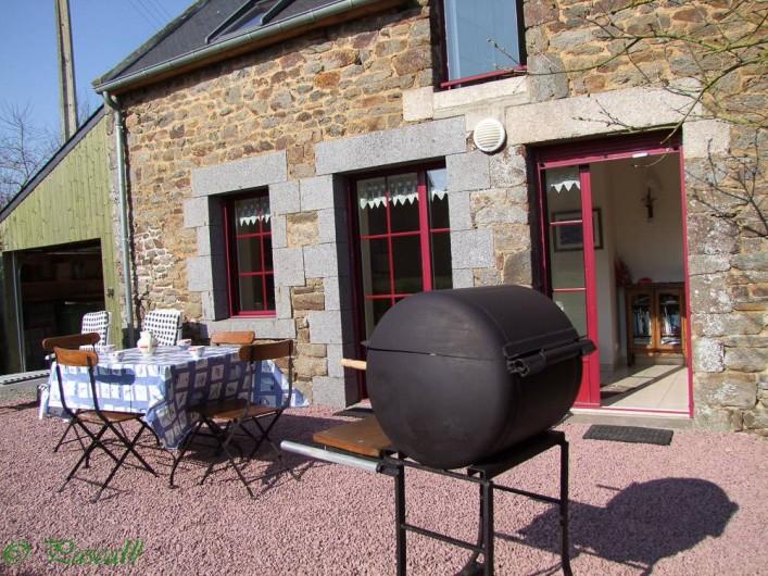 Location de vacances - Gîte à Pleudihen-sur-Rance - Barbecue Salon de jardin