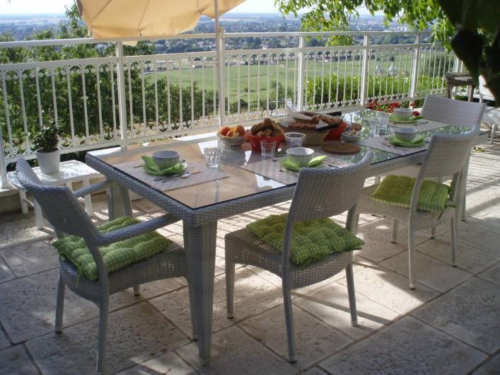 Location de vacances - Chambre d'hôtes à Beaune - Petit déjeuner sur la terrasse au soleil