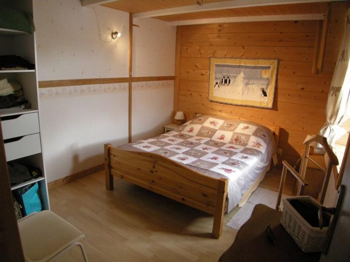 Location de vacances - Villa à Portsall - Chambre du bas, isolée phoniquement, chauffage électrique.
