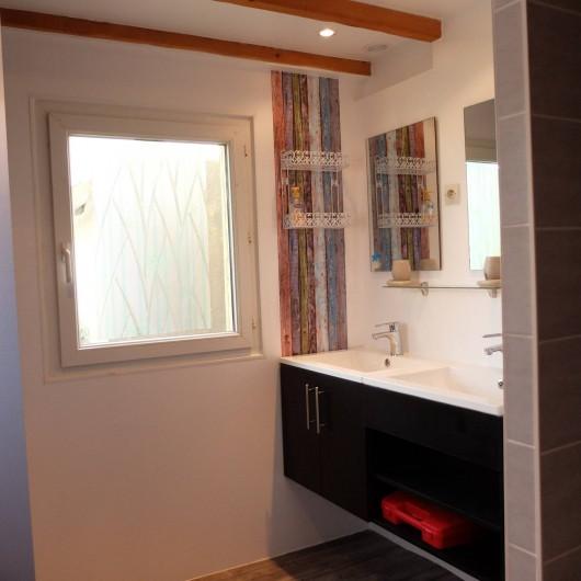 Location de vacances - Villa à Portsall - Salle de bains ; 2 vasques, 1 douche, seche cheveux, radiateur.
