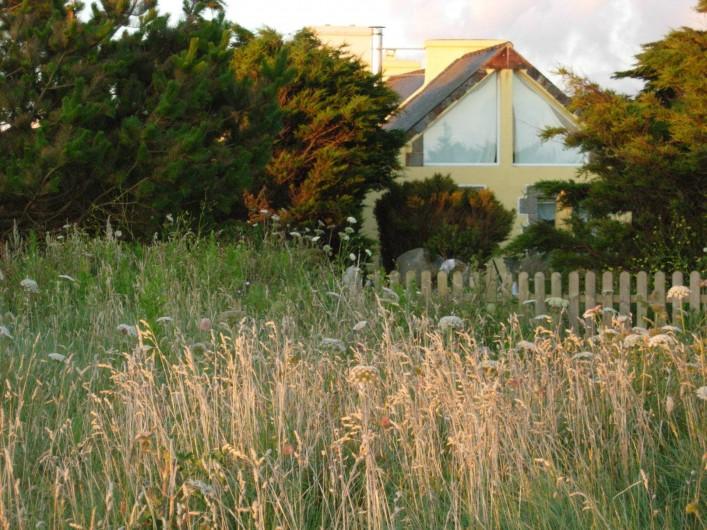 Location de vacances - Villa à Portsall - La maison est posée sur la dune, à 40m des plages, face à la mer