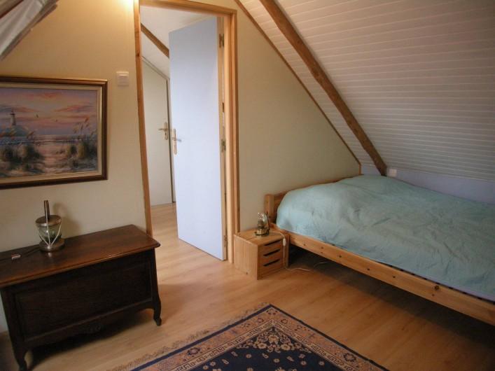 Location de vacances - Villa à Portsall - Une chambre du haut. Plancher isolé phoniquement. Occultation totale des velux