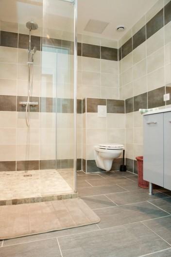 Location de vacances - Appartement à Le Grau-du-Roi - La salle de douche de l'appartement en rdc