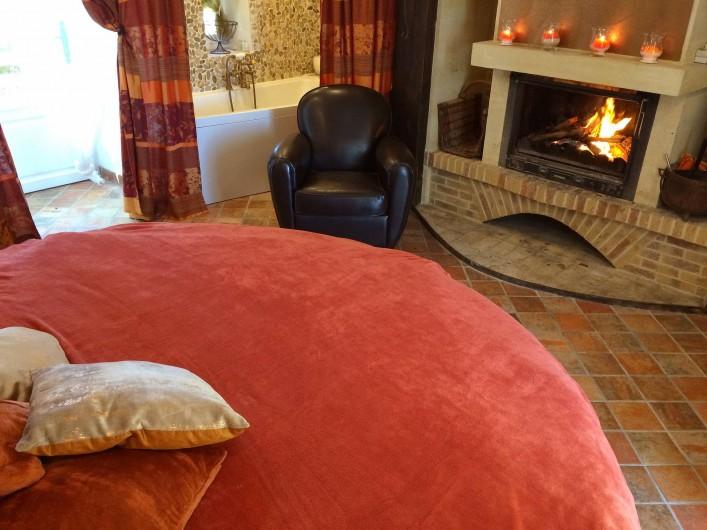 Location de vacances - Mas à Simeyrols - Chambre Parentale du Rdc Pièce ronde au grand lit Rond & sa salle de bain