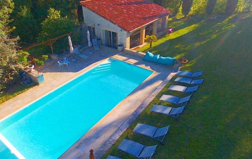 Location de vacances - Mas à Simeyrols - Piscine Spa au sel 5x12m chauffée de 28 à 32°C d'avril à fin oct. & Préau
