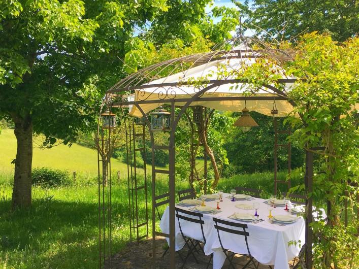 Location de vacances - Mas à Simeyrols - Pergola pour repas à l'ombre en attendant que le tilleul s'étoffe