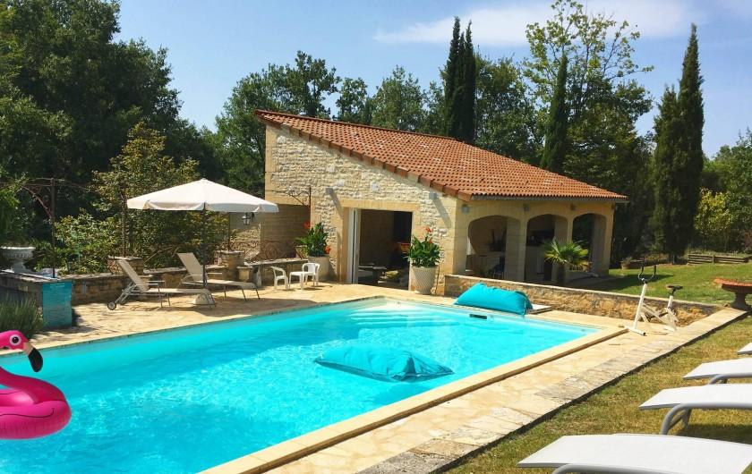 Location de vacances - Mas à Simeyrols - Préau 60m2 : salle  de jeux, sanitaires, kitchenette & salle à manger d'été