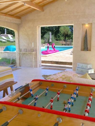 Location de vacances - Mas à Simeyrols - Préau avec de nombreux jeux : baby-foot, table de ping-pong, pétanque...